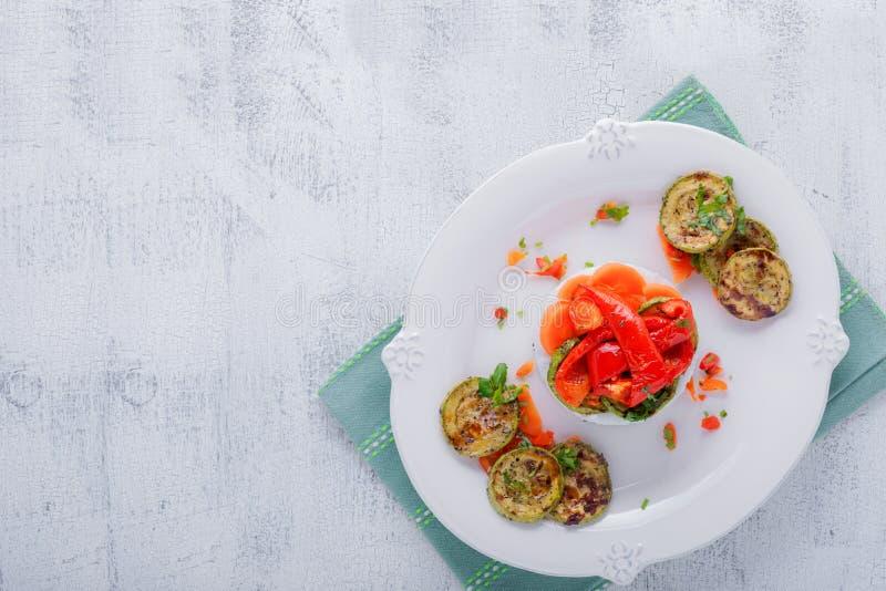 Ristimbale med den stekte zucchinin, peppar och morötter arkivbild