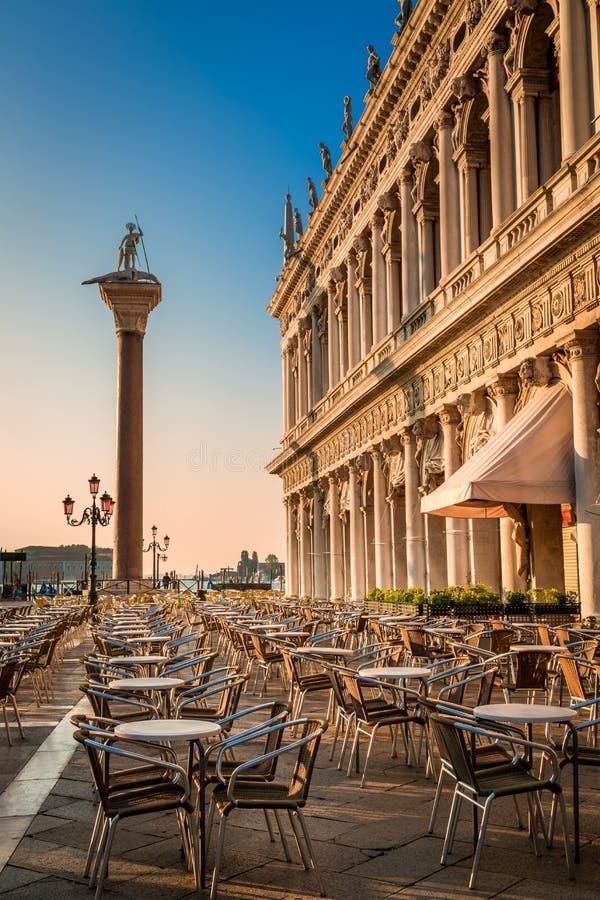 Ristorante ad alba sul quadrato di St Mark a Venezia fotografia stock