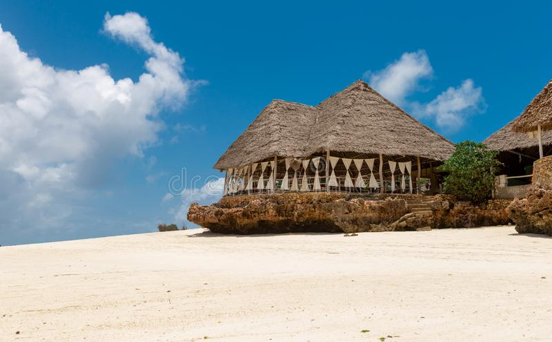 Ristorante all'aperto di rilassamento la spiaggia a distanza di paradiso fotografie stock libere da diritti