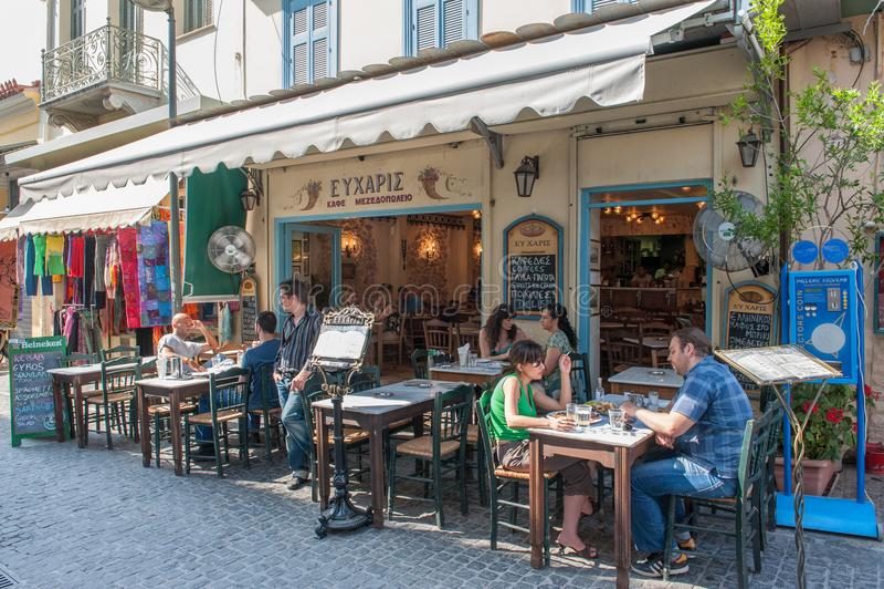 Ristorante all'aperto in Plaka, Atene immagine stock