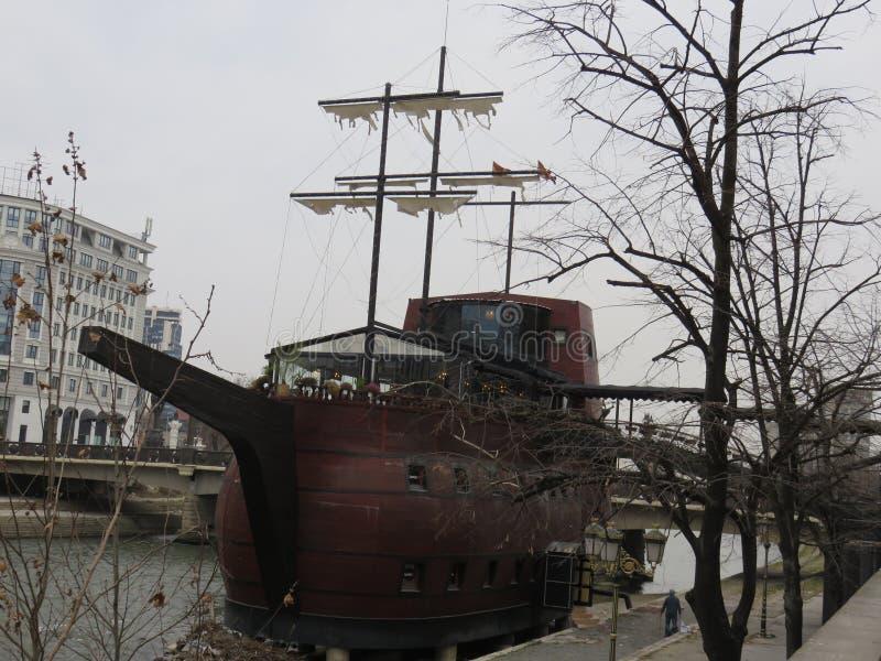 Ristorante della barca sul fiume di Vardar a Skopje, Repubblica Macedonia del nord fotografia stock libera da diritti