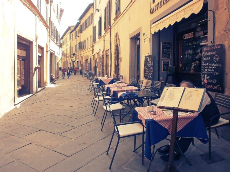 Ristorante della via in Cortona, Italia immagini stock libere da diritti