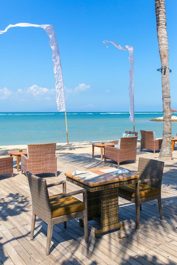 Ristorante di lusso della spiaggia durante il giorno soleggiato su Bali immagine stock