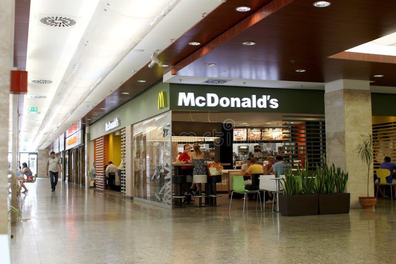Ristorante di McDonald's in viale fotografia stock