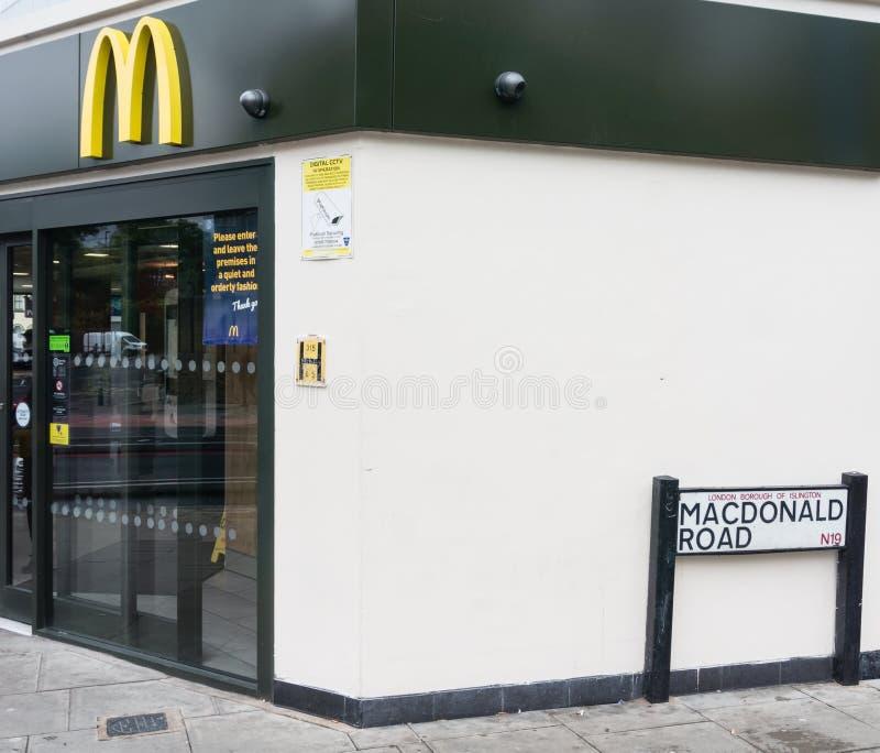 Ristorante di mcdonald sulla strada di McDonald immagini stock libere da diritti