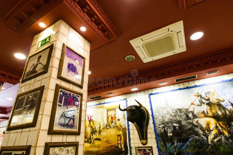 Ristorante di Taurina della La, Madrid: mosaici della tauromachia, fotografie di corrida, pesci gatto immagini stock libere da diritti