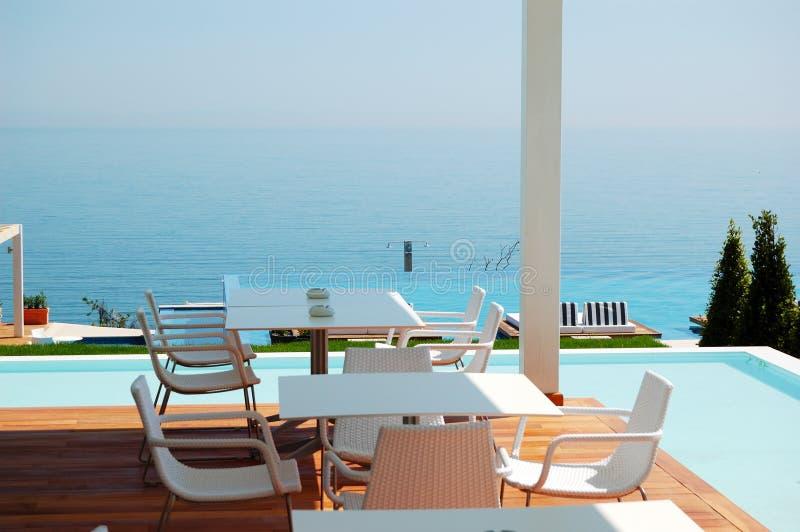 Ristorante di vista del mare all'albergo di lusso moderno fotografia stock