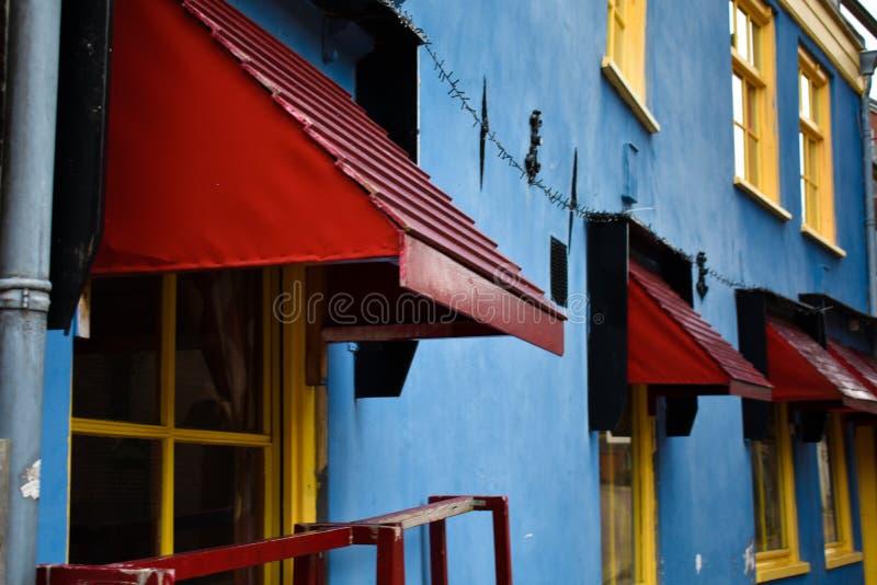 Ristorante giallo blu rosso dell'Italia delle vecchie Camere variopinte immagine stock