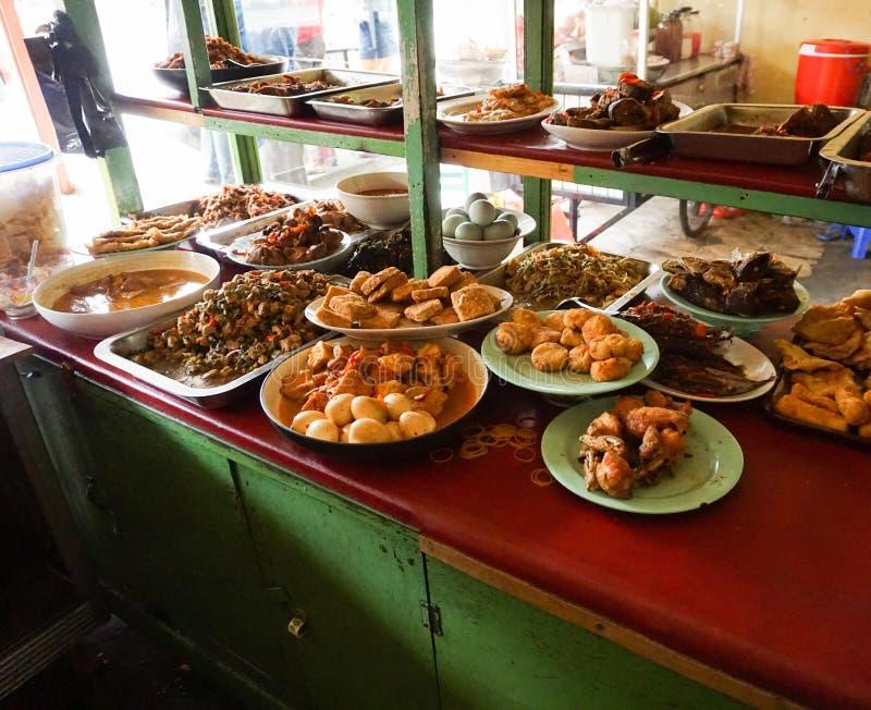 Ristorante indonesiano del warteg dell'alimento tradizionale in Indonesia fotografie stock