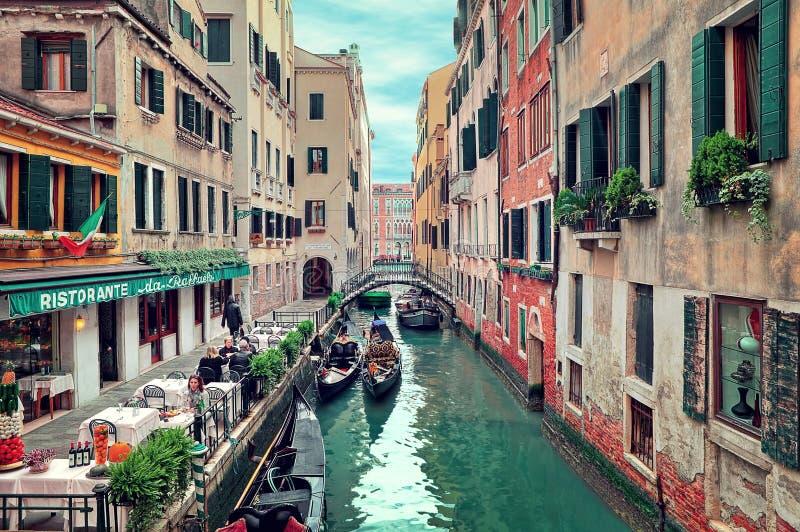 Ristorante sul piccolo canale a Venezia, Italia. immagine stock