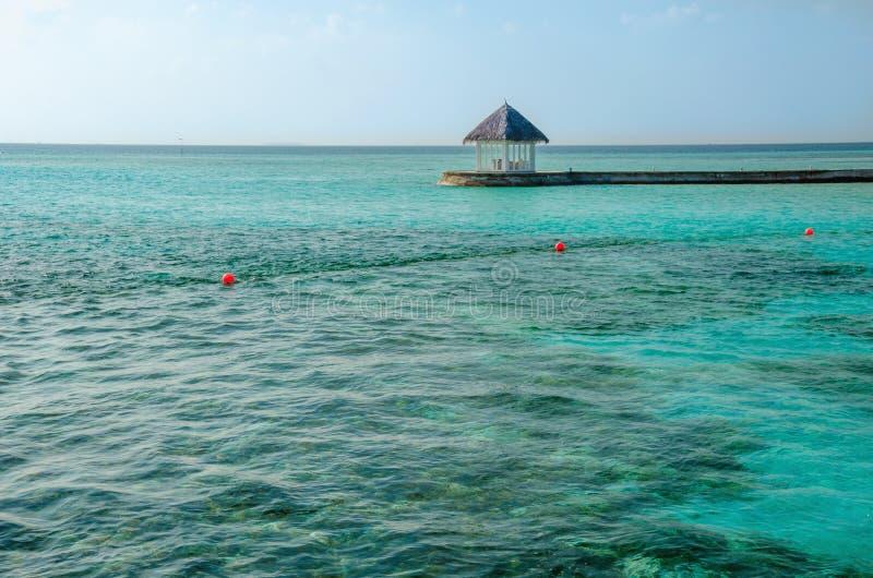 Ristorante tropicale sull'isola di vacanze stupefacente, Maldive immagini stock libere da diritti