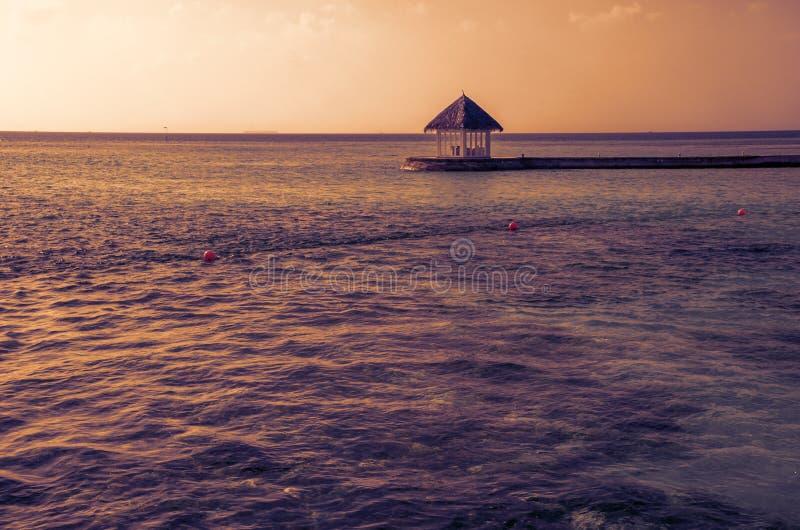 Ristorante tropicale sull'isola di vacanze stupefacente, Maldive fotografie stock