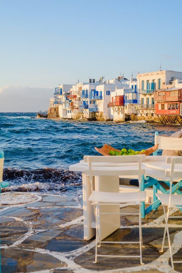 Ristorante vicino al mare a poca Venezia sull'isola di Mykonos nel tramonto della Grecia fotografia stock libera da diritti