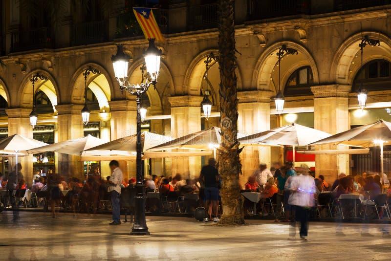 Ristoranti a Placa Reial nella notte Barcellona fotografia stock libera da diritti