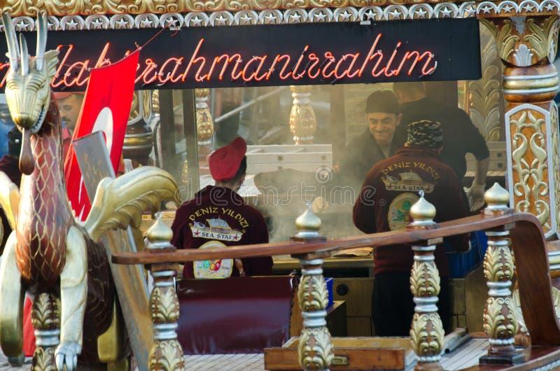 Ristoranti tradizionali del pesce in mare a Costantinopoli, Turchia immagini stock libere da diritti