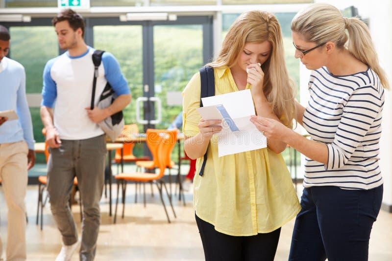 Risultato deludente dell'esame di Consoling Pupil After dell'insegnante fotografie stock libere da diritti