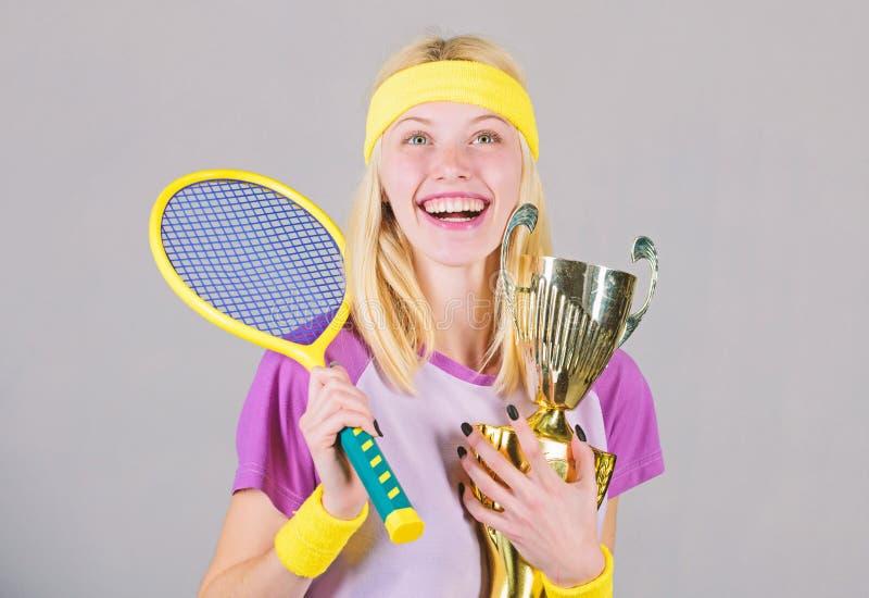 Risultato di sport Celebri la vittoria Campione di tennis Racchetta di tennis atletica della tenuta della ragazza e calice dorato fotografie stock libere da diritti