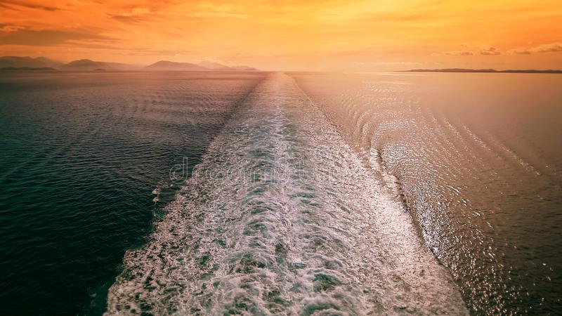 Risveglio della nave da crociera in mar Mediterraneo al tramonto - vacanza di viaggio fotografia stock libera da diritti