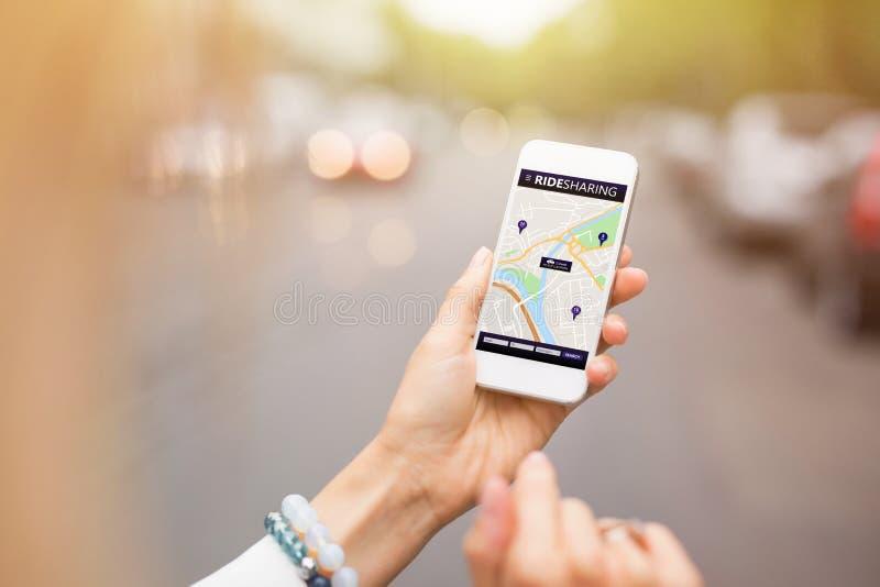 Rit die app op mobiele telefoon delen stock afbeeldingen