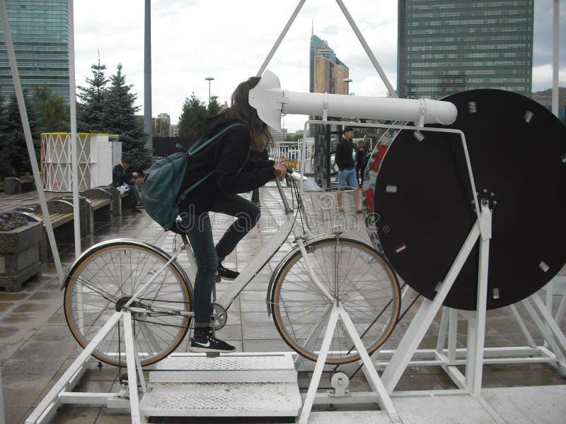 Rit op fiets en horlogebeeldverhalen! stock foto's