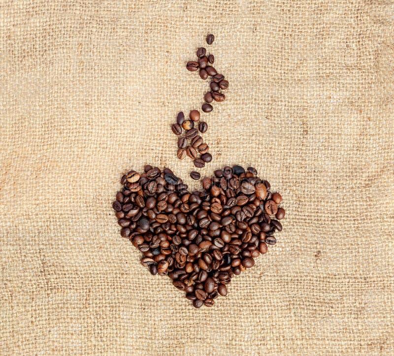 Rita ett hjärta med aromatisk ånga från kaffebönor på en knäpp Vintage-format arkivbilder