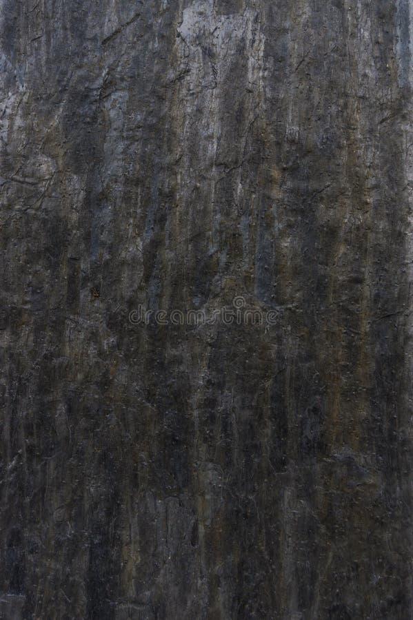 Ritaglio della facciata con le mattonelle dell'ardesia naturale scura fotografie stock