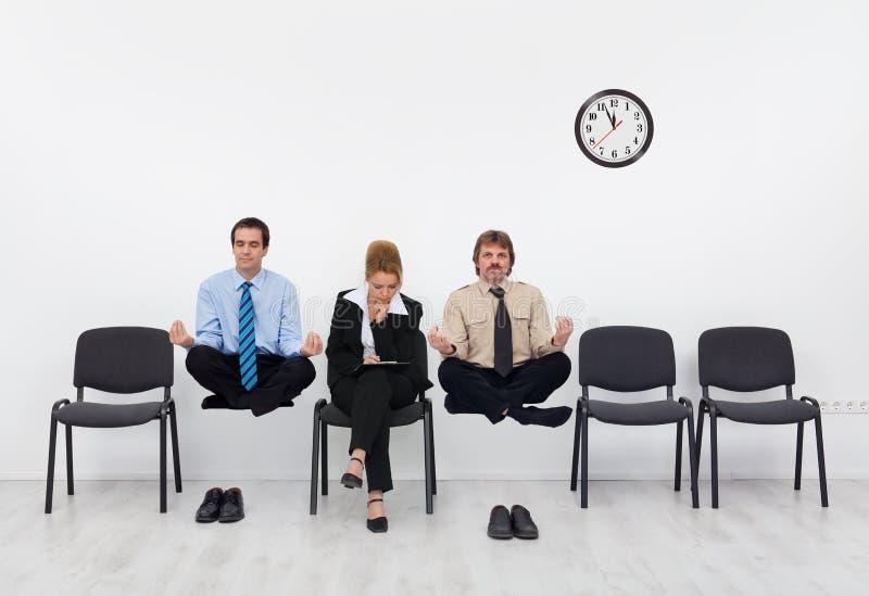 Ritenendo un leggero handicap - la gente che aspetta l'intervista di lavoro fotografia stock