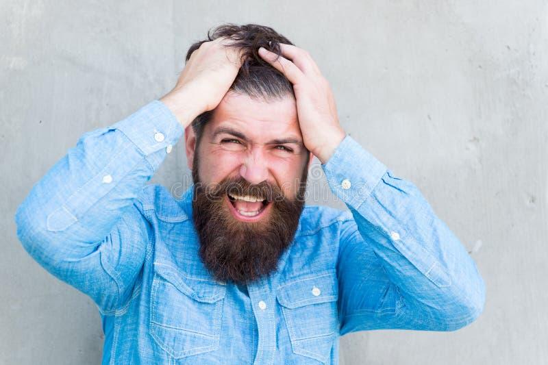 Ritenere deprimente Emozioni negative Tatto cattivo Uomo barbuto Pantaloni a vita bassa maturi con la barba Cura facciale maschio fotografia stock