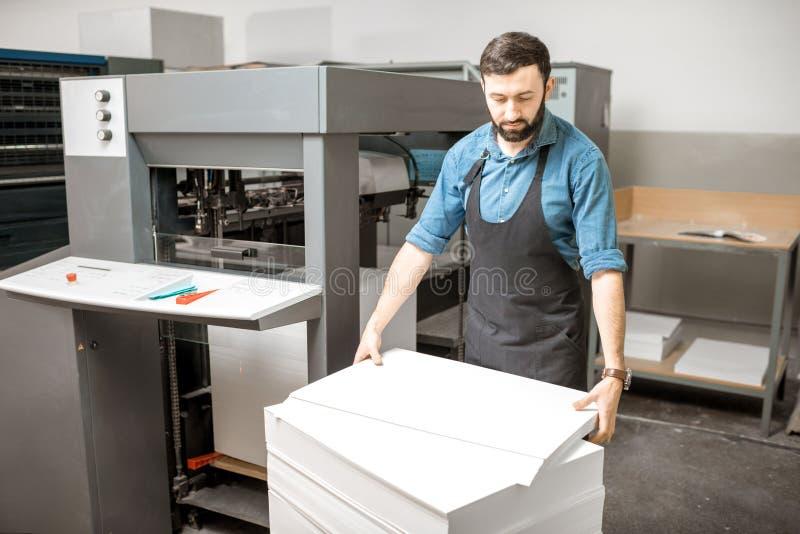 Ritenere una carta nella stampatrice fotografie stock