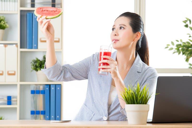 Ritiene il succo fresco della bevanda appena come il cibo dell'anguria fotografia stock