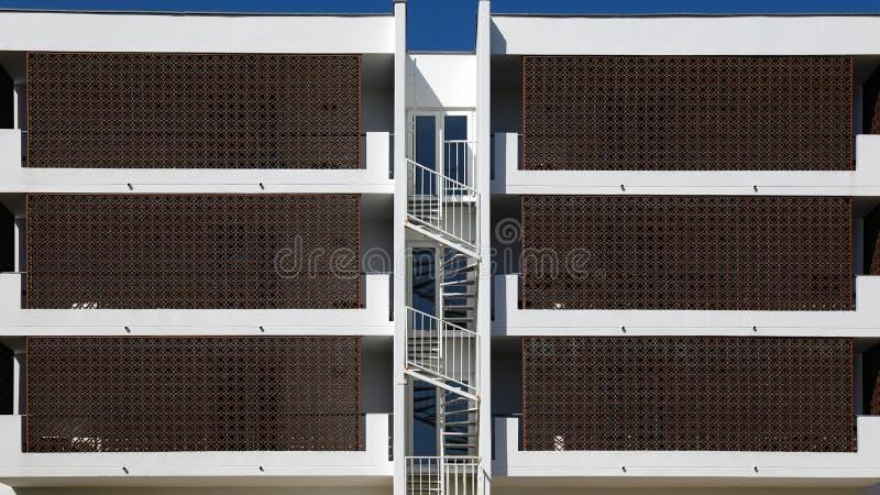 Ritmen van stadsarchitectuur Plattelandshuisjeflats voor huur symmetrische mening royalty-vrije stock foto