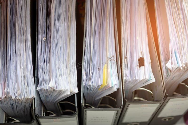 Ritmo do arquivo de original no armário no escritório foto de stock