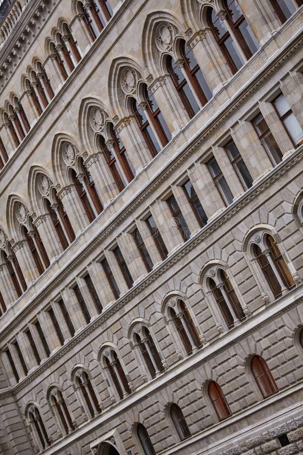 Ritmo na arquitetura da construção Fotografia abstrata da construção da fachada fotos de stock royalty free