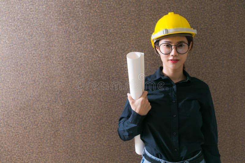 Ritning för innehav för bärare för tekniker för affärskvinna på backgroun royaltyfria foton