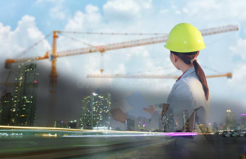 Ritningar för arbete och för innehav för kvinnaasia tekniker på constructien arkivfoton