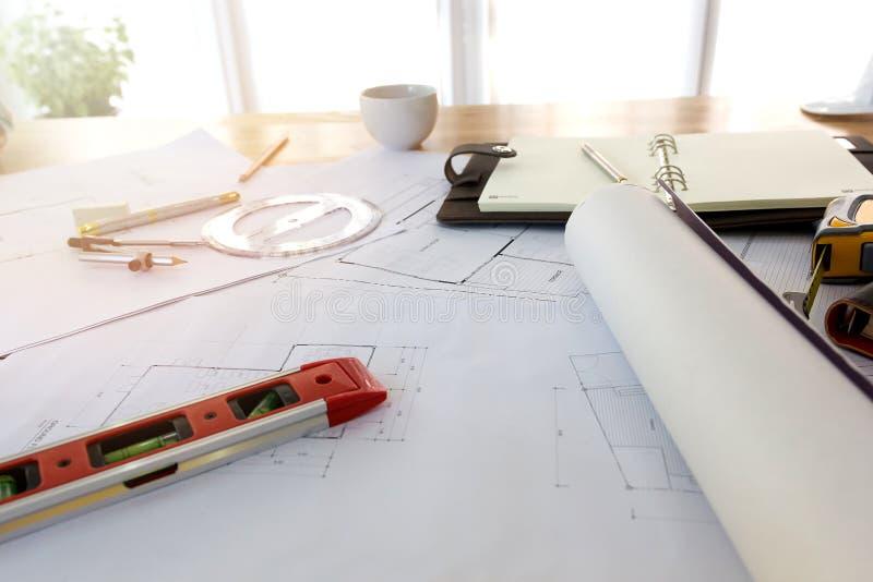 Ritningar Hardhat, exponeringsglas, klistermärkear, konstruktionsnivå, penna i arkitekturkontor arkivbild