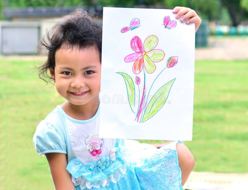 Ritornando a scuola: manifestazione della ragazza l'arte in fronte sorridente immagini stock