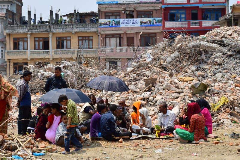 Ritos fúnebres e cerimônias do Hinduísmo na construção desmoronada após o desastre do terremoto foto de stock