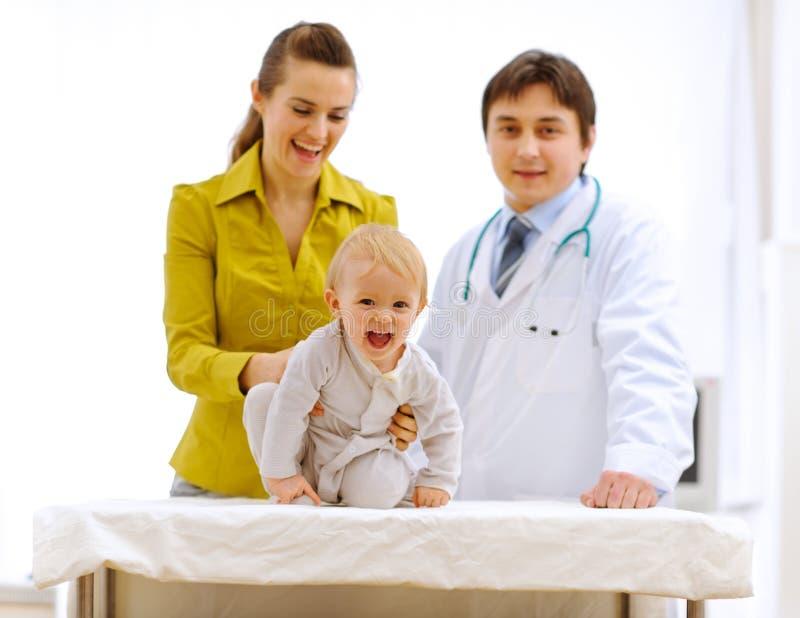 Ritratti della madre, del bambino e del medico pediatrico immagini stock libere da diritti