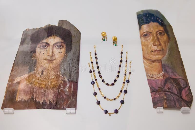 Ritratti della mummia di Fayum e gioielli antichi nel museo di Altes, Berli fotografia stock