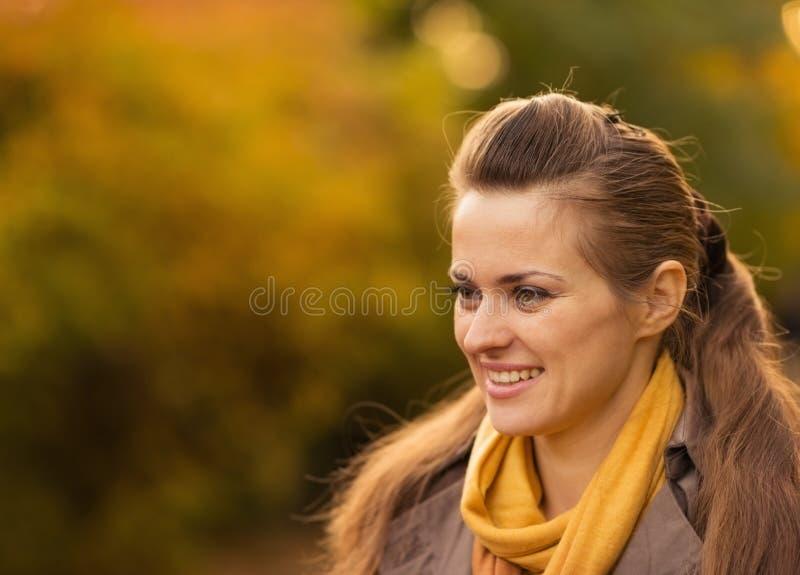 Ritratti di giovane donna felice all'aperto fotografia stock