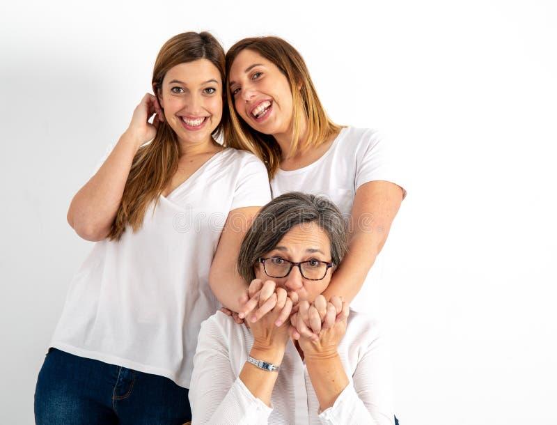 Ritratti di studio della famiglia e delle due sorelle gemellate di una madre fotografia stock