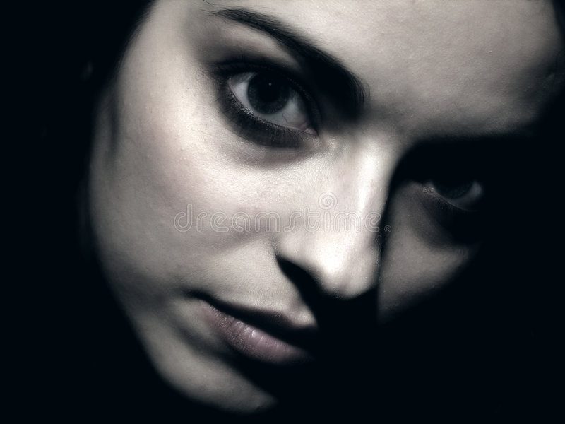 Ritratti scuri con la ragazza immagini stock libere da diritti