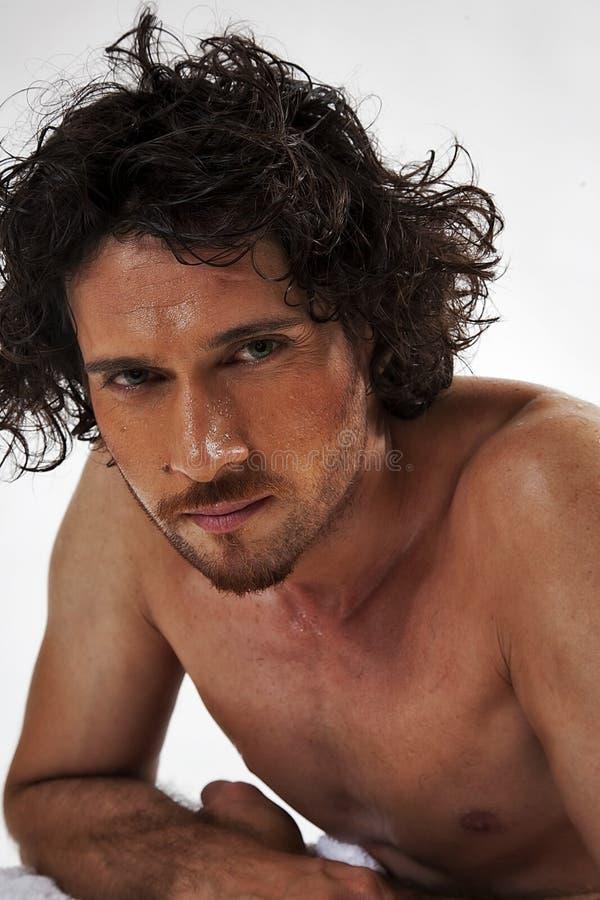 Ritratti semi nudi di un uomo muscolare bello fotografia stock