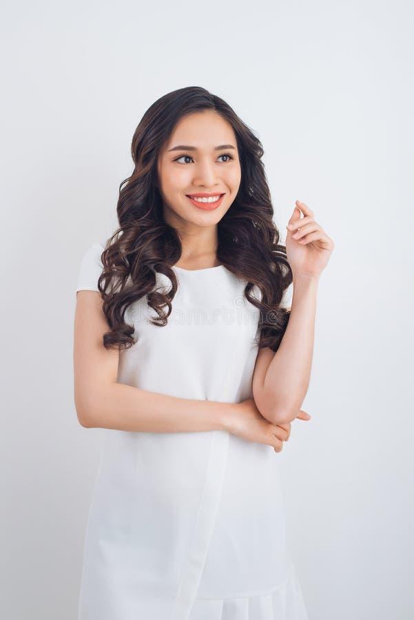 Ritratto abbastanza asiatico sorridente amichevole della donna dei giovani immagine stock