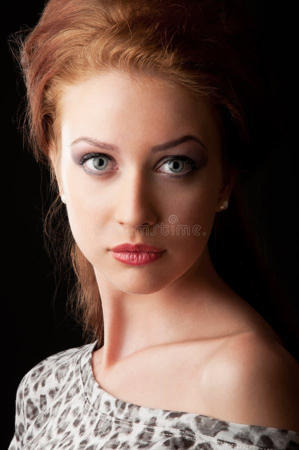 Ritratto abbastanza rosso della ragazza dei capelli fotografie stock libere da diritti