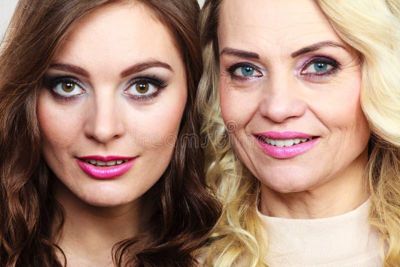 Ritratto adulto della figlia e della madre fotografia stock