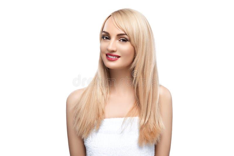 Ritratto adulto di una donna, concetto di cura di pelle, bella pelle Ritratto della foto di una ragazza su un fondo bianco bellez fotografia stock