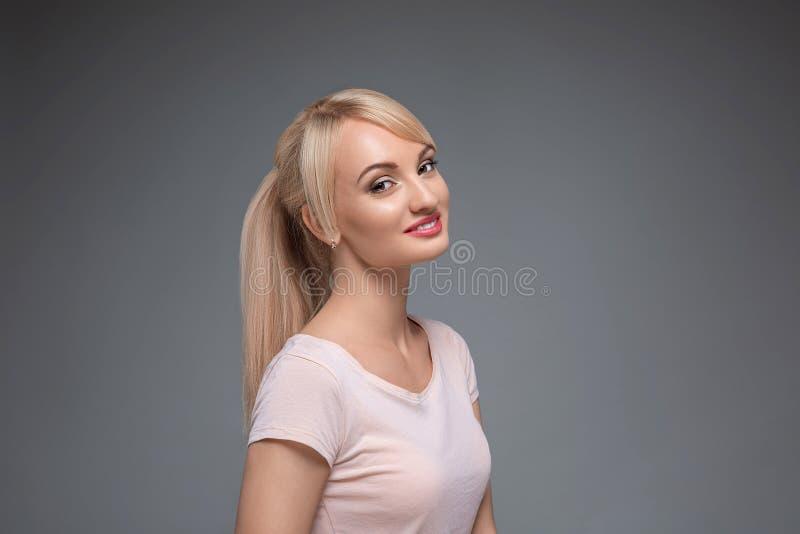 Ritratto adulto di una donna, concetto di cura di pelle, bella pelle Ritratto di una ragazza su un fondo neutrale grigio bellezza immagine stock libera da diritti