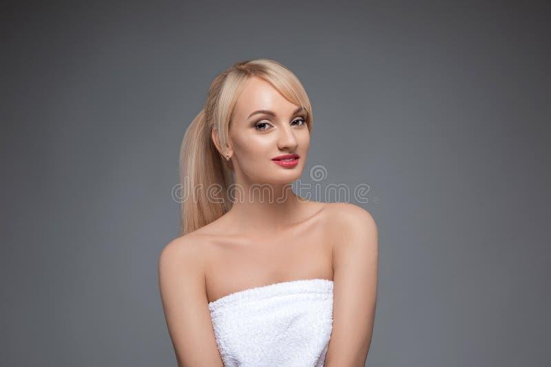 Ritratto adulto di una donna, concetto di cura di pelle, bella pelle Ritratto di una ragazza su un fondo neutrale grigio bellezza fotografia stock libera da diritti